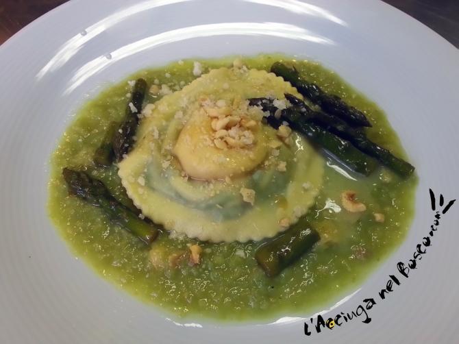 uova in raviolo con asparagi