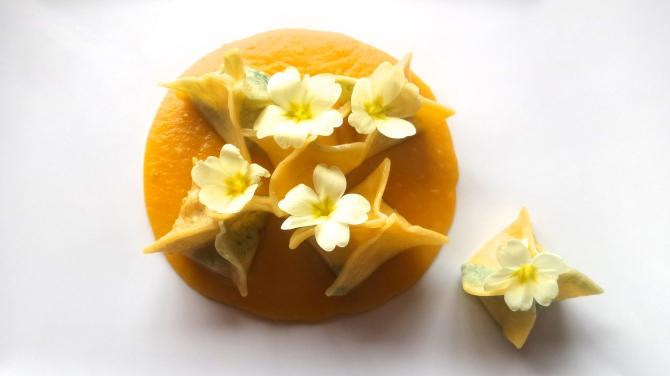 Cappelletti ai fiori su Vellutata di Zucca