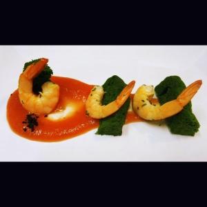 Guazzetto di pomodoro, spugna di spinaci e gamberi